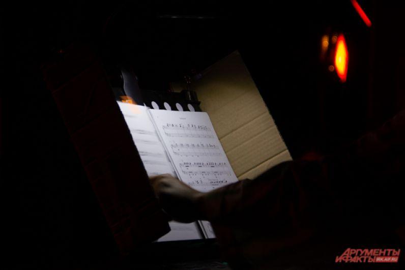 Весь спектакль сопровождался живой рок-музыкой, написанной Константином Артамоновым.