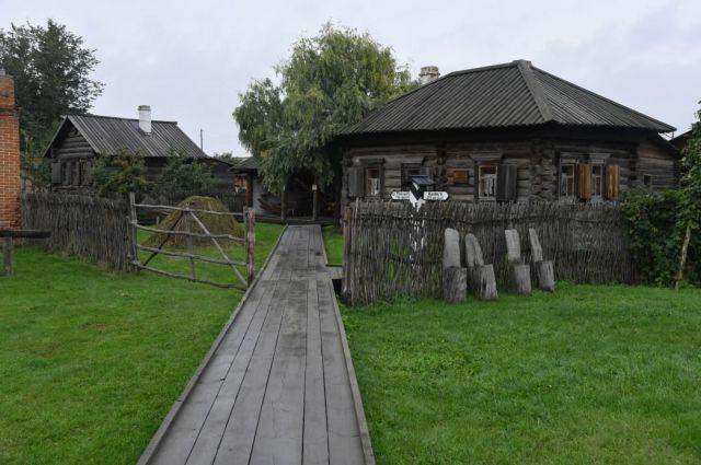 На территории музея расположены 15 построек XIX - начала XX века.