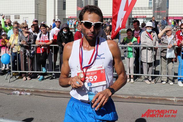 Самым первым на марафонской дистанции 42 километра среди мужчин стал Юрий Чечун из Тольятти