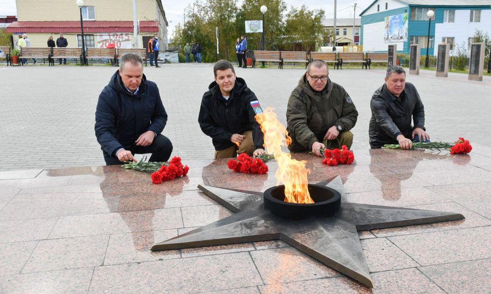 Дмитрий Артюхов возложил цветы к Вечному огню