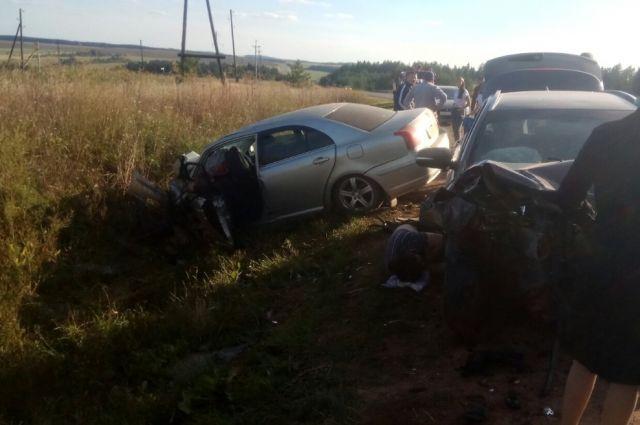 Один погиб, пятеро госпитализированы: в Удмуртии столкнулись две легковушки