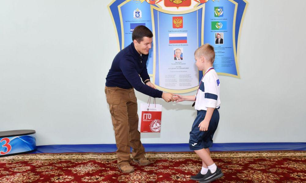 Дмитрий Артюхов посетил спортивную школу