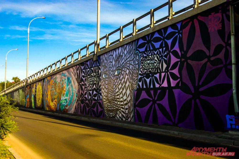 Сразу несколько ярких граффити можно встретить возле моста, ведущего на улицу Трубачеева.