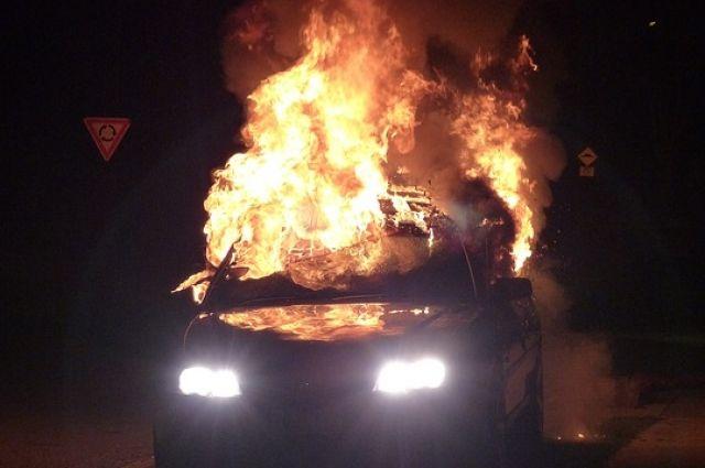 Загоревшийся автомобиль в Орске тушили 11 спасателей.