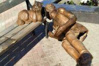 Орские вандалы сбросили со скамейки памятник Александру Пушкину. Теперь от парной композиции сотался один только кот ученый.