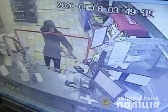 В Ужгороде 15-летний юноша с пистолетом ограбил АЗС