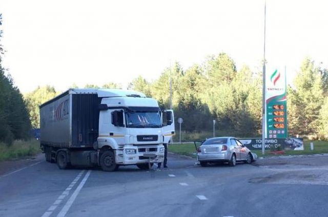 В Удмуртии в ДТП с КАМАЗом пострадали двое взрослых и трое детей