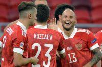 Игроки сборной России радуются забитому голу в матче 2-го тура Лиги наций УЕФА между сборными Венгрии и России.