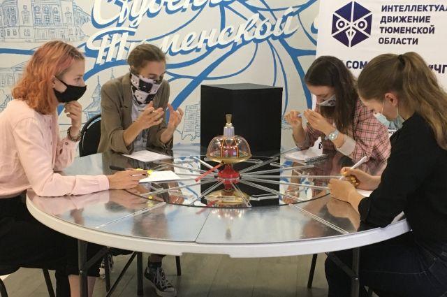 Тюменцы сыграли юбилейную серию игр «Что? Где? Когда?» в масках