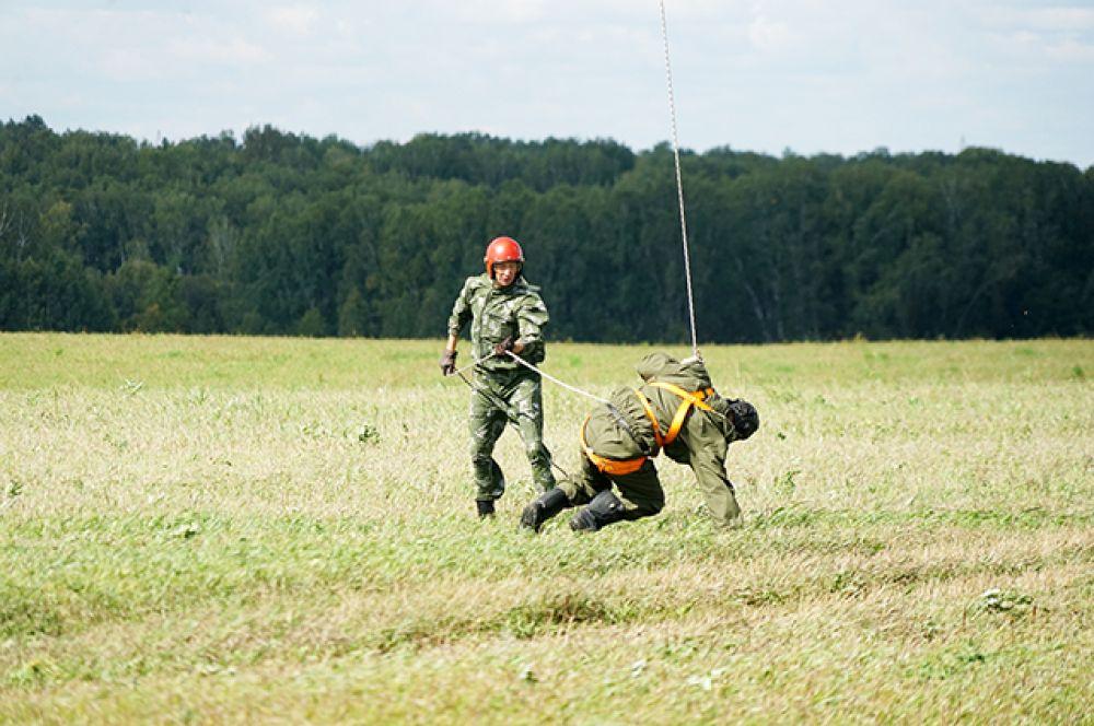 Отработка точных спусков с вертолета на горящую поляну необходима для оперативности и безопасности самих десантников-пожарных: приземлиться нужно на поляне диаметром всего 25 метров, что в условиях ветра является непростой задачей.
