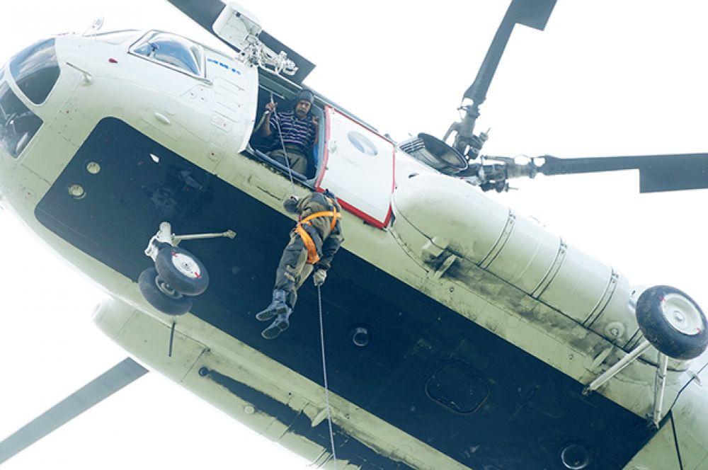В ходе тренировки 27 десантников-пожарных отработали навыки спуска с помощью лесопожарного спускового устройства СУ-Р роликового типа с вертолета МИ-8.