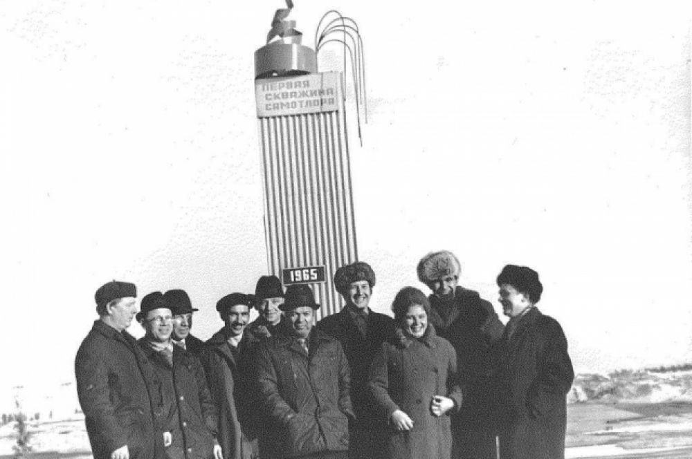 Группа нефтяников у нефтяной вышки первой скважины Самотлора. 1965 год