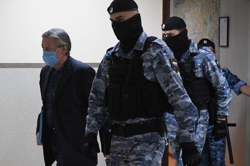 Актер Михаил Ефремов входит в здание суда.