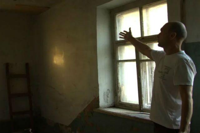 Куски с потолка чуть не рухнули на жильцов. Когда это может повторится — никто не знает.
