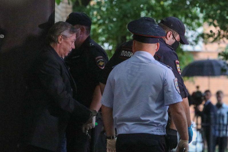 Михаила Ефремова выводят из здания Пресненского районного суда Москвы после оглашения приговора по делу о смертельном ДТП на Смоленской площади. Суд приговорил актера к восьми годам колонии общего режима.