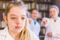 Жертвой буллинга может стать любой ребёнок, но больше рискуют дети, которые чем-то отличаются от других.