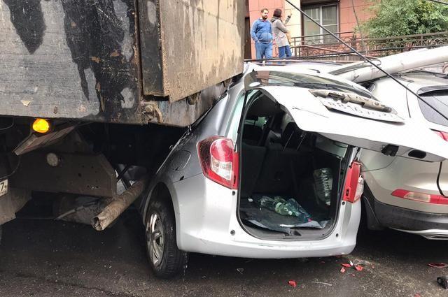 В центре Хабаровска пьяный водитель самосвала раздавил 13 легковых машин