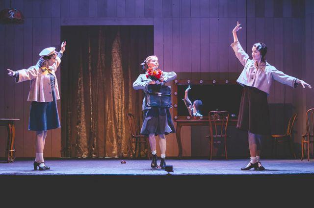 ТЮЗ откроет новый сезон спектаклем «Прощай, конферансье» режиссёра Ирины Страховой. История фронтовой концертной бригады тронет сердца и детей, и взрослых.