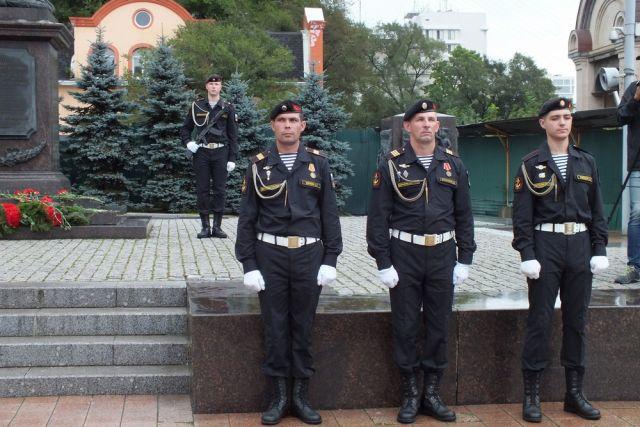 Почетный караул у стелы в память о присвоении Владивостоку звания «Город воинской славы».