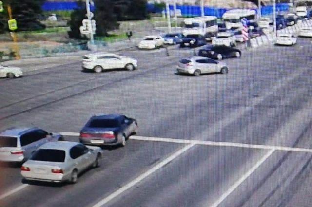 В Красноярске ищут водителя, автомобиль которого повредил стрелок