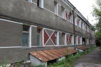 В общежитии на ул. Новосибирская, 58 живут 11 семей, которых продали вместе со зданием.