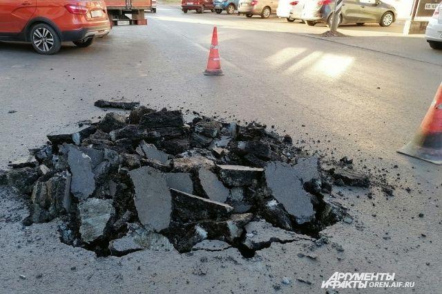 В Оренбурге только что положенный асфальт снова вскрывают