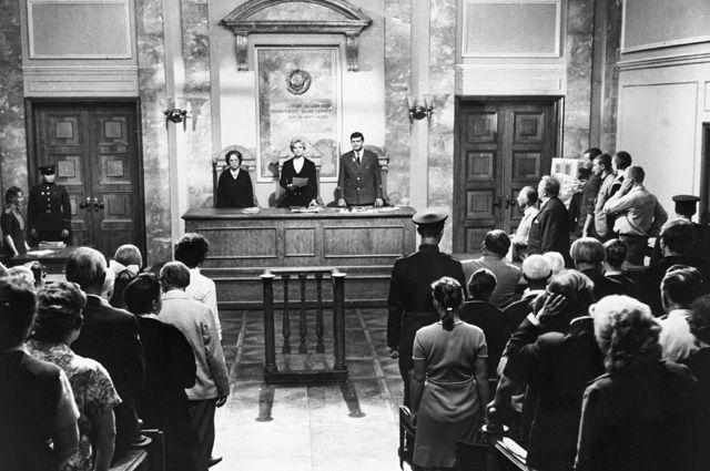 Встать, суд присяжных идёт! Кадр из фильма режиссера Бориса Израилевича Волчека «Обвиняются в убийстве».