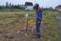 Работы на участке ведутся «вручную», то есть бойцы МЧС проходят каждый квадратный метр поля с металлоискателями.