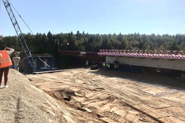 Более 500 специалистов и 300 единиц техники работают на стройке новой трассы.