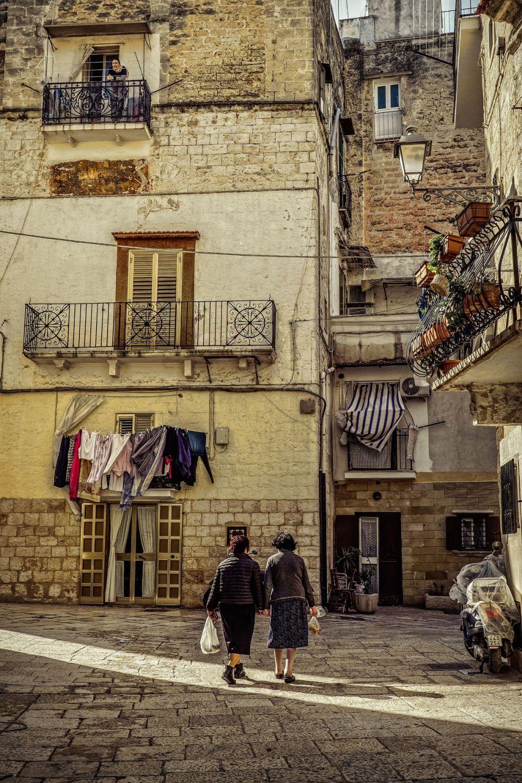 Женщины с продуктами в старом квартале Бари на юге Италии.