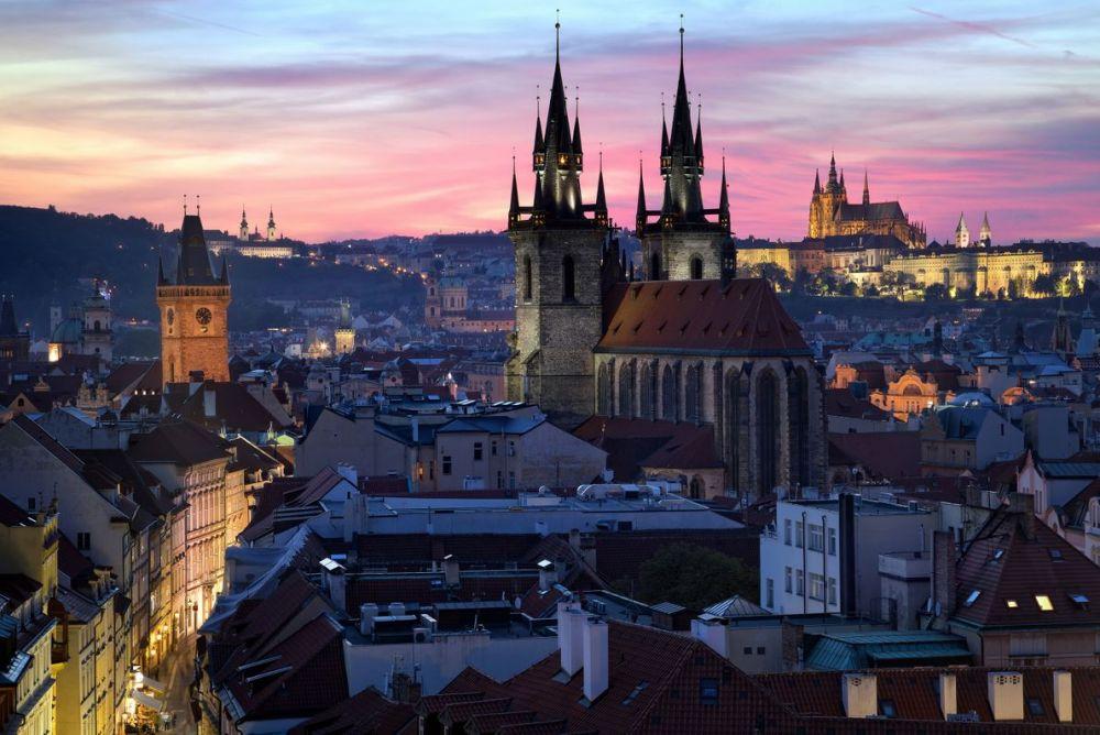 Вид на Прагу в сумерках с крыши Храма Девы Марии перед Тыном.