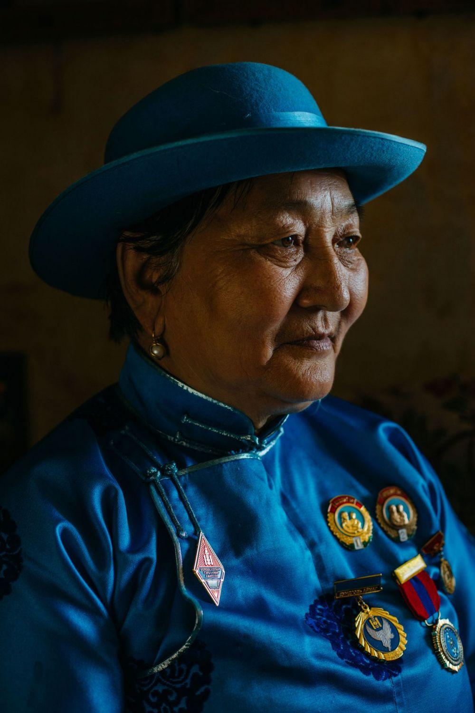 68-летняя мать восьмерых детей и 22 внуков, демонстрирует свои медали, полученные за материнство, Монголия.