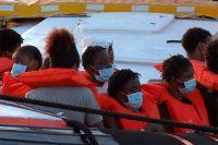 Мигранты, спасенные Louise Michel, ожидают высадки на Лампедузе.