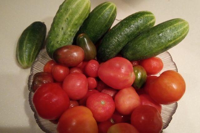 Тем, кто не успел, еще не поздно посолить огурцы и помидоры.