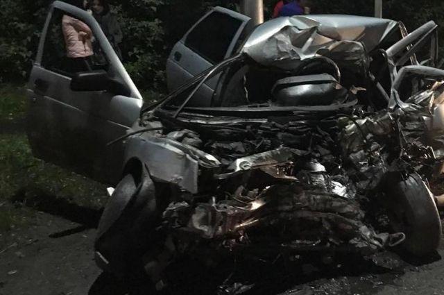 В результате аварии водитель «ВАЗ-21101» скончался на месте.