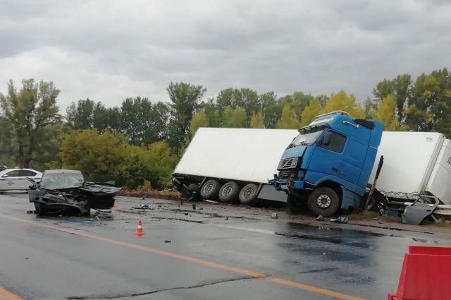 Под Оренбургом в лобовом столкновении с фурой пострадал водитель легкового авто.