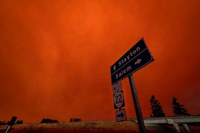 Красное небо и густой смог над городом Салем, штат Орегон.