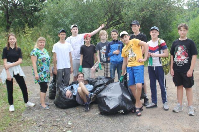 Ученики школы №135 приводят в порядок экологическую тропу «Ивенскую».