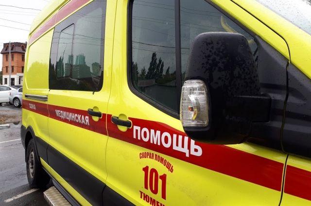 В Тобольске с крыши дома упал работник