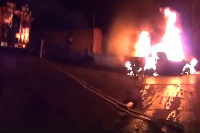 На кадрах с места происшествия видно, как пылает подожженный автомобиль.