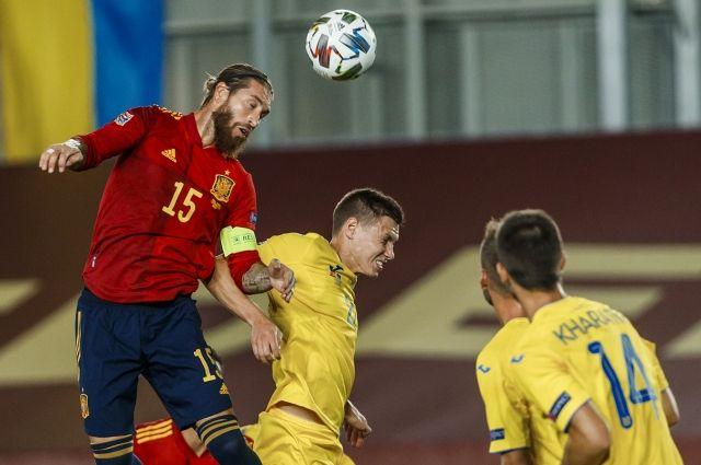 Испания в лице Серхио Рамоса (слева, забивает второй гол в ворота Украины) оказалась на две головы выше.