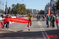 Финишную черту пересекает победитель полумарафона у мужчин Алексей Мамарин из Краснодарского края.