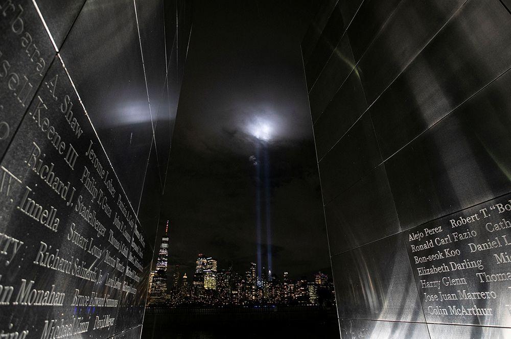 Вид на Манхеттен от мемориала «Пустое небо» в парке Либерти.