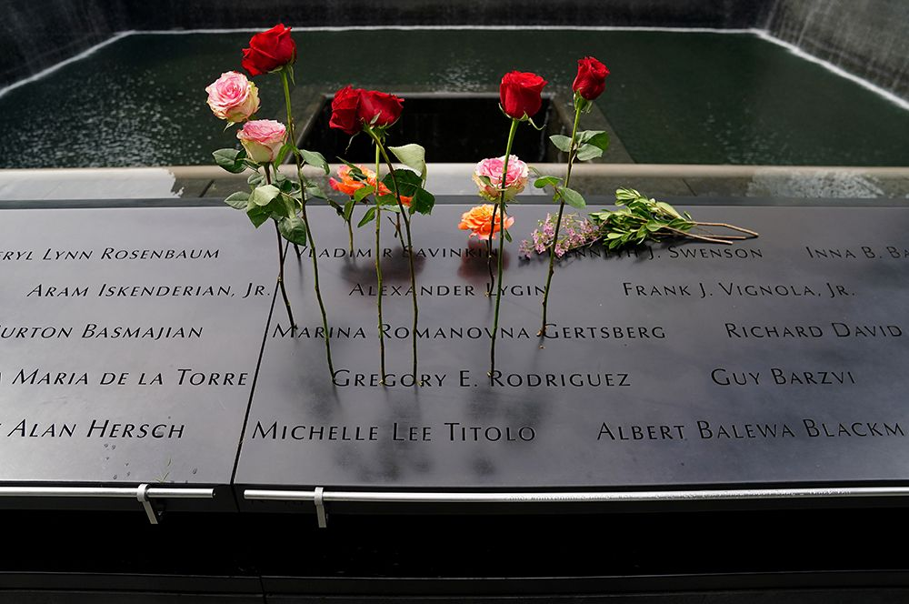 Имена погибших в Национальном мемориале и музее 11 сентября в Нью-Йорке.