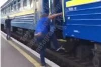 Пассажира вытолкнули из поезда: в Укрзализныце прокомментировали ситуацию