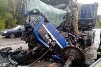 В результате лобового столкновения кабины КАМАЗов были сильно повреждены.