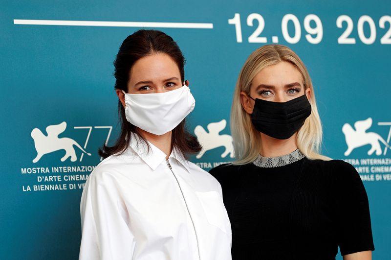 Актрисы Кэтрин Уотерстон и Ванесса Кирби.