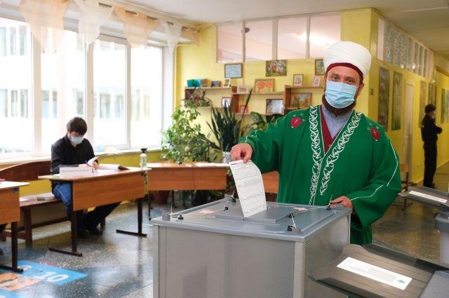 Муфтий отметил – хорошо, что голосование проходит в течение трёх дней. Это позволяет избежать скопления людей на участках.
