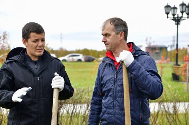 Дмитрий Артюхов и Алексей Титовский высадили саженцы кедров в парке Победы