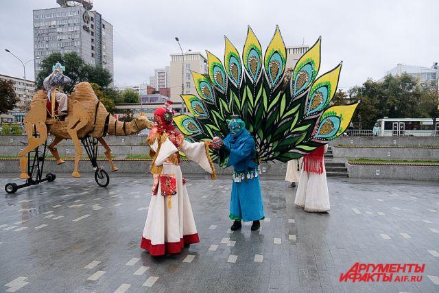 Фестиваль уличных театров проходит на эспланаде.